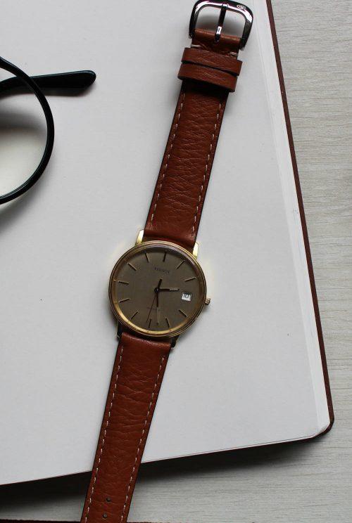 Klockarmbandet explorer på en klassisk Tissot. Armbandet är i kalvläder och har en klassisk look