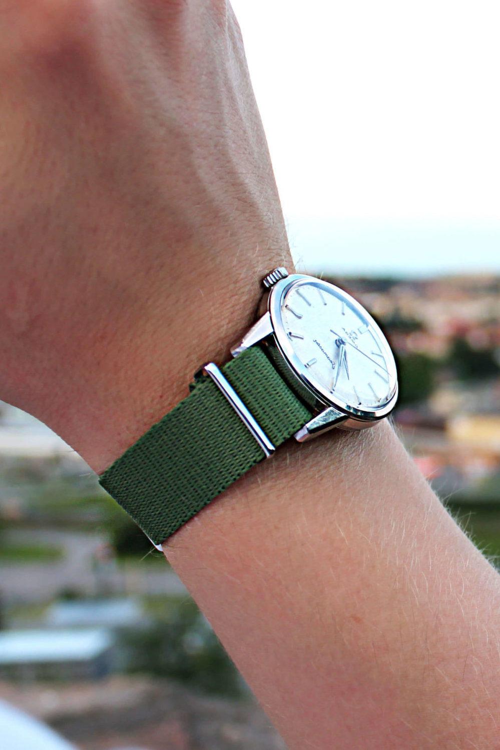 Natobandet i grönt är en riktigt klassiker. Just det här bandet är i hundra procent bomull och Natoband omega klocka