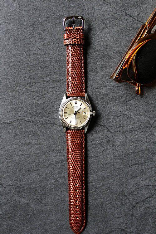 Varanus salvator, är ett klockarmband i ödleskinn. Bilden visar en Rolex med ett stilrent klockarmband.