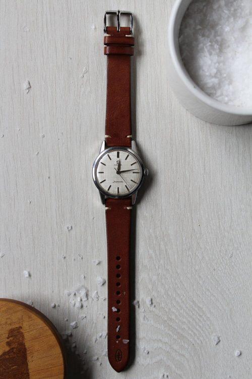 Vintage, är ett klassiskt armband. Klockarmbandet är i äkta kalvläder, vegetabiliskt garvat i Italien